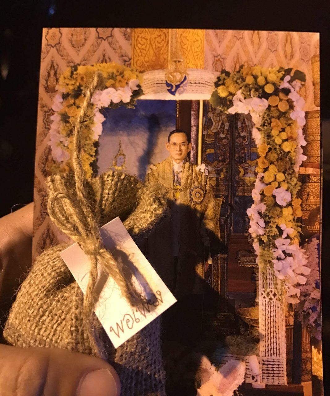ถุงข้าวพอเพียง และ ภาพที่ระลึกที่พระราชทานแก่พสกนิกรที่เข้าสักการะพระบรมศพ